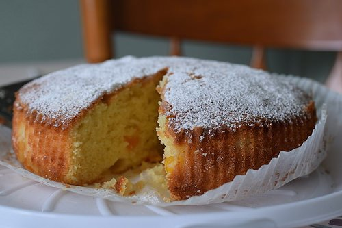 Sponge cake topped with powdered sugar