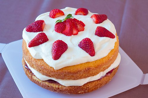 Sponge cake tooped with strawberries
