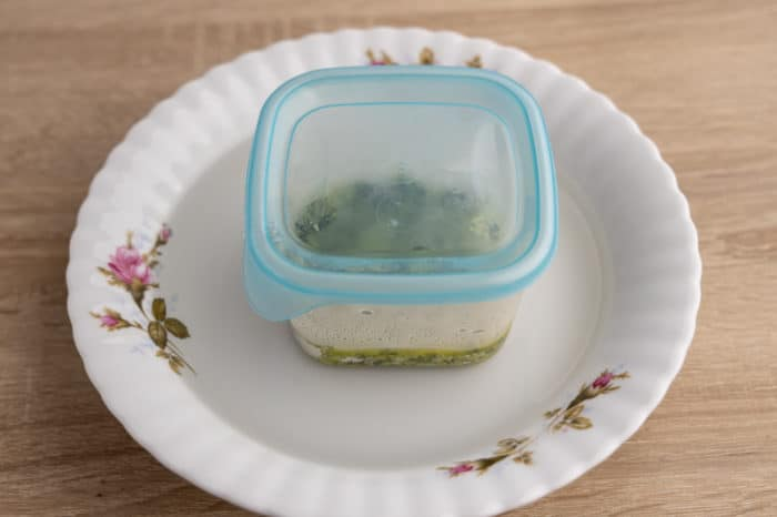 Defrosting pesto in cold water